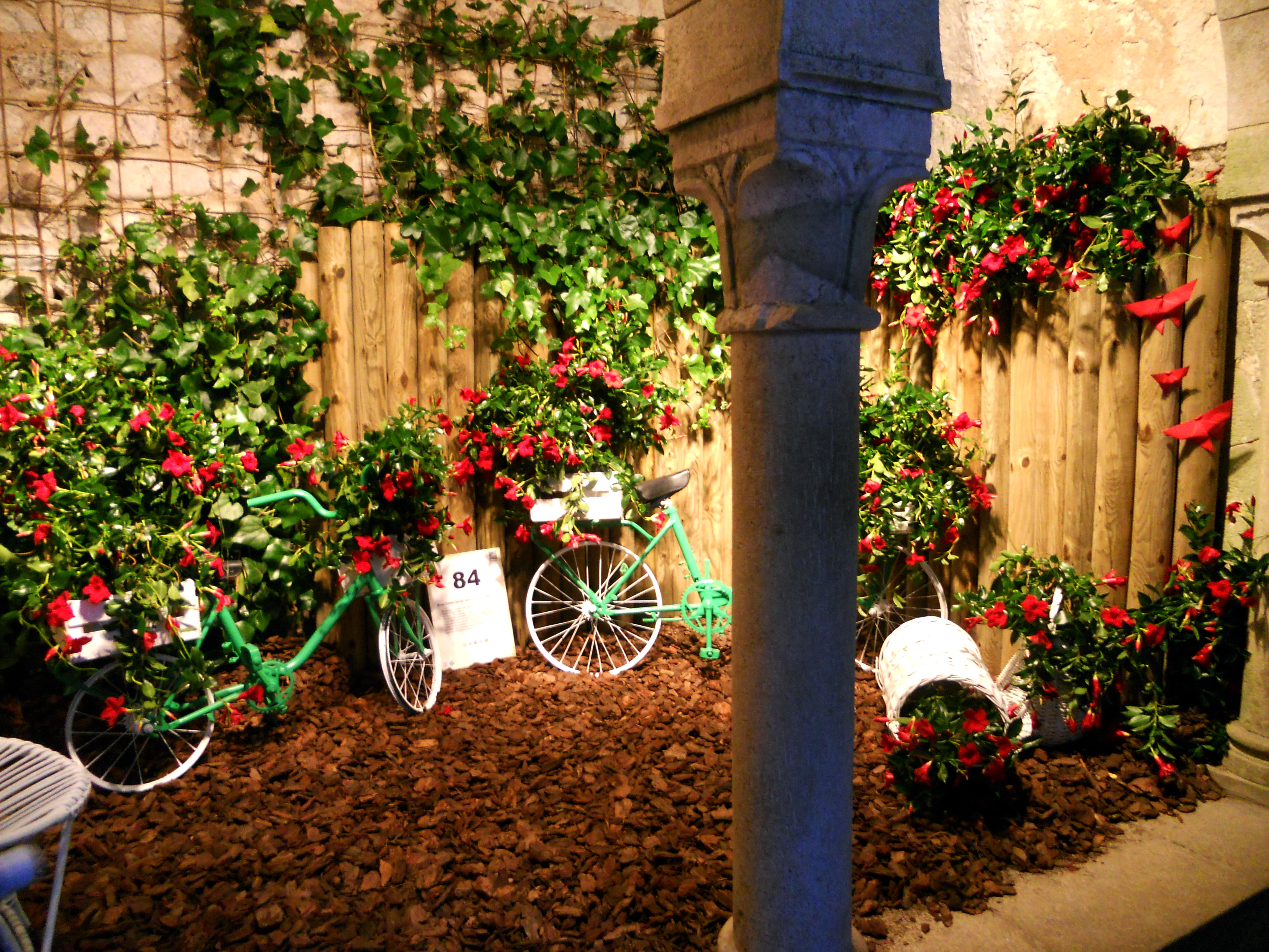 Interior banys àrabs amb bicicletes per Girona Temps de Flors