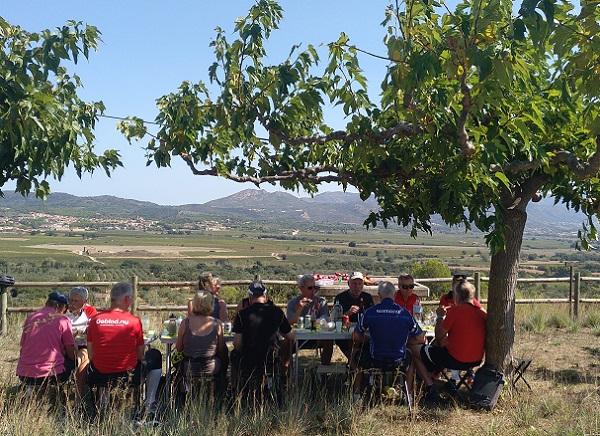 Clients a un dels cellers durant la ruta del Vi DO Empordà