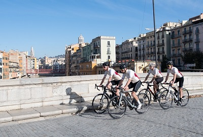 2 cyclist in the Pont de Pedra of Girona